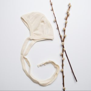 engel-wol-zijde-strik-mutsje-bonnet